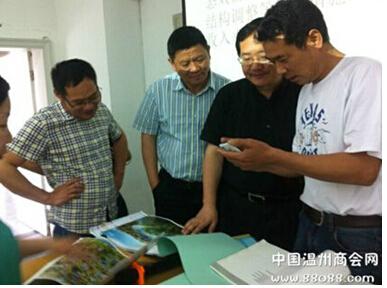 图二:村主任徐阿旦就本村的发展与刘部长深入交流