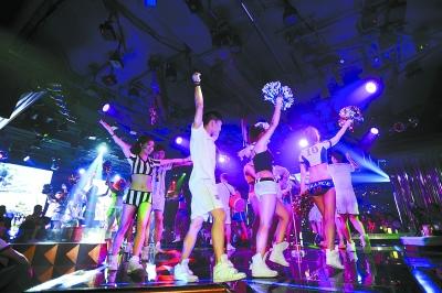 世界杯酒吧_长沙市解放西路,魅力四射酒吧的球迷们为即将开幕的巴西世界杯狂欢.