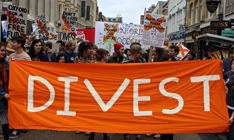 """图:牛津大学学生举行游行支持""""无化石燃料的未来""""活动.图片来源图片"""