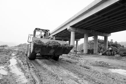 6月11日,三柳高速公路融水大浪段工地,工人在施工