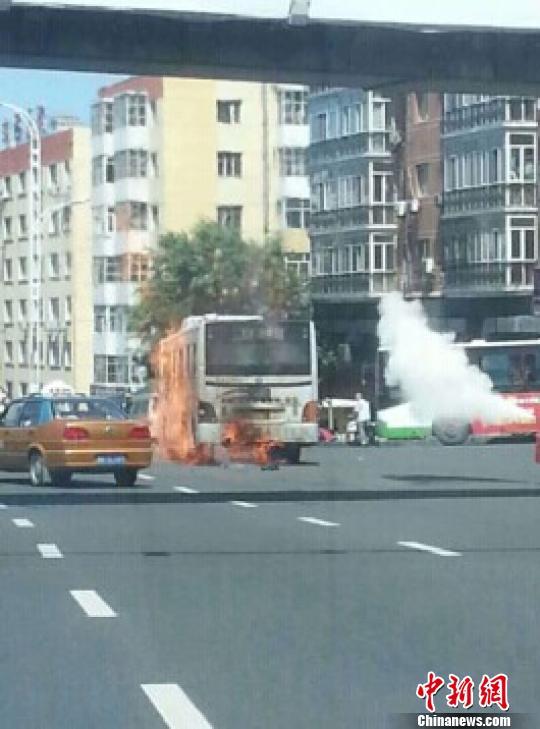 哈尔滨一公交车自燃无伤亡 原因待查 解培华 摄