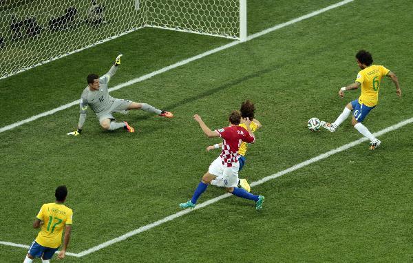 巴西足球明星_巴西 葡萄牙 足球_巴西少年足球