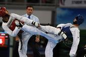 图文:世界大学生跆拳道锦标赛 互相踢中对手