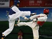 图文:世界大学生跆拳道锦标赛 两人互踢
