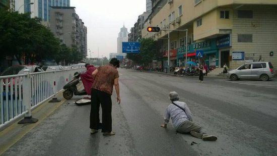 图为事故现场,被撞老人倒地后半坐起来
