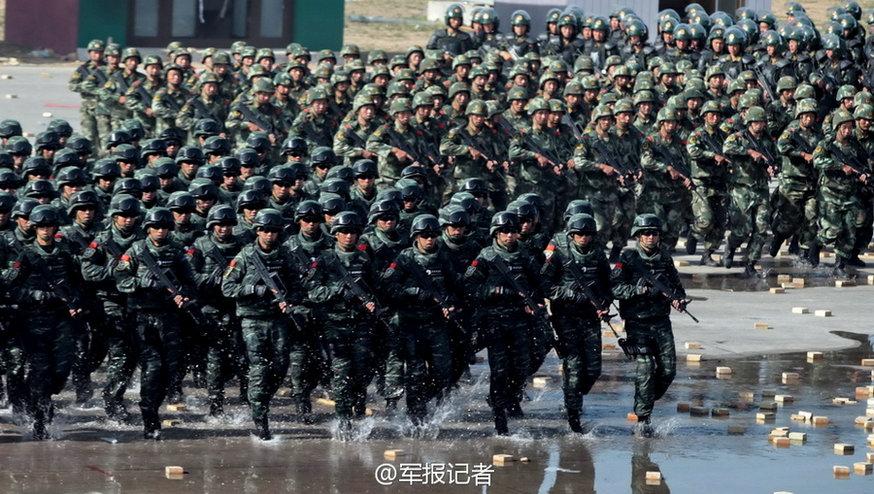 北京武警实装实弹巡逻 95突击步枪搭配防暴枪