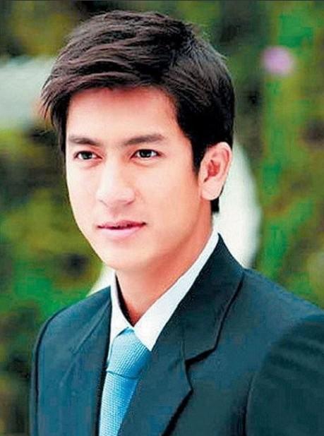 mike是泰国知名歌手演员,11岁进入娱乐圈,曾是全亚洲最大娱乐集团