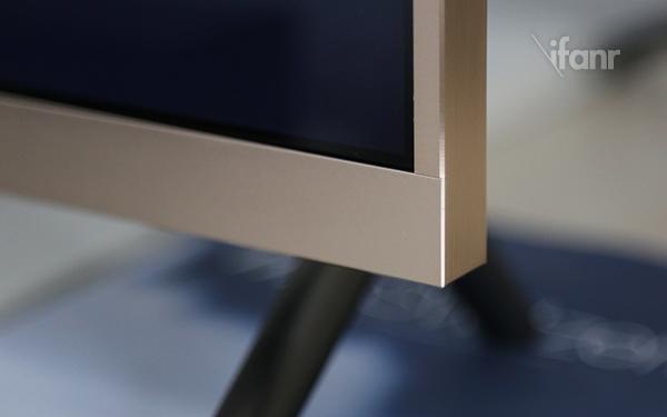 小米电视2采用49英寸屏幕,较上一代大了2英寸,但由于边框缩小至6.2mm,整机尺寸并没有因此变大,整体观感出色