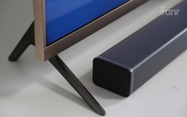 为了营造家庭影院的效果,小米电视2配备了独立外置音响系统,包括一个Soundbar以及无线低音炮。