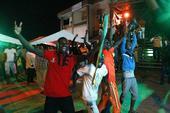 图文:科特迪瓦队球迷庆祝胜利 举旗子游行庆祝