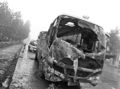 出事大巴车的车头已被撞烂