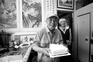 王义警收到记者送上的蛋糕,十分高兴