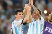 图文:阿根廷vs波黑 赛后致意球迷造主场氛围