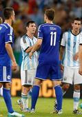 图文:阿根廷vs波黑 赛后梅西与哲科相互致意