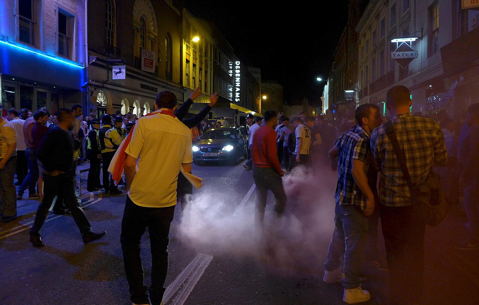一名贝德福德英国球迷举着意大利国旗,另一人点火焚烧,警方称正调查此案。