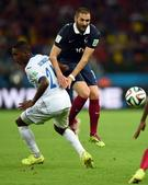 图文:法国vs洪都拉斯 本泽马贝克勒斯积极拼抢