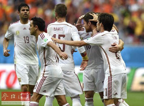 2014年6月13日,巴西世界杯小组赛B组比赛中,西班牙球员庆祝哈维·阿隆索点球命中得分。最终西班牙1:5大比分负于荷兰队。(新华社记者杨磊摄)