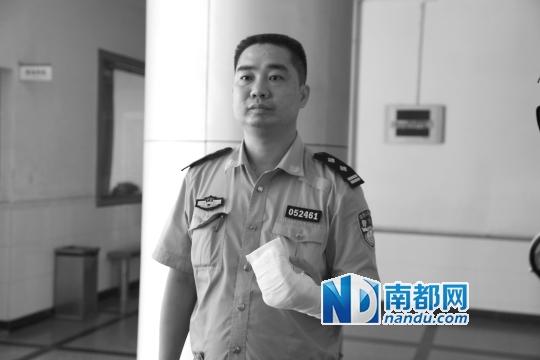 交警龙岗中队中队长林建平小拇指被扭断,打了石膏.图片