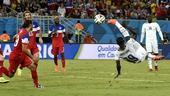 图文:美国vs加纳 乔门萨倒钩射门