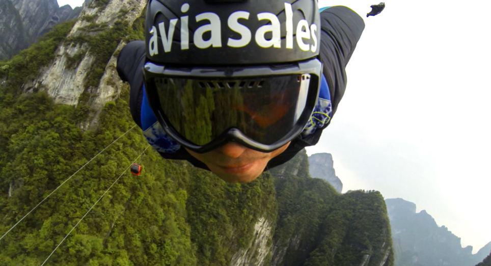 俄罗斯2男子身穿翼装从中国天门山1400米高处跳下(高清组图)