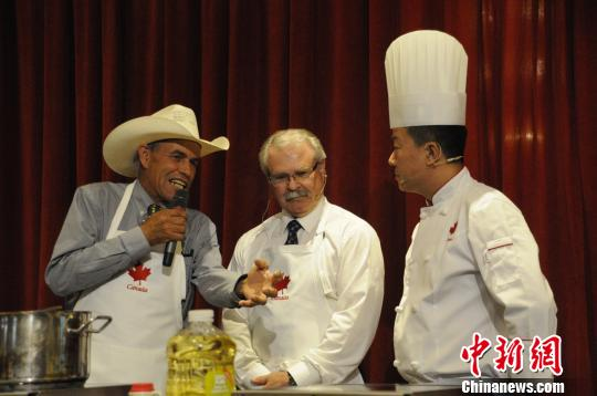 加农业和农业食品部长亲自下厨,推介加拿大美食。左二 蒋涛 摄