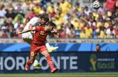 图文:比利时vs阿尔及利亚 阿扎尔比赛中争顶
