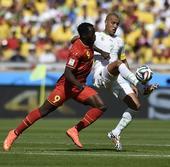 图文:比利时vs阿尔及利亚 卢卡库与鲍格拉争抢