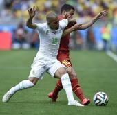 图文:比利时vs阿尔及利亚 费古利与阿扎尔争抢