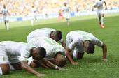 图文:比利时vs阿尔及利亚 费古利跪地庆祝进球