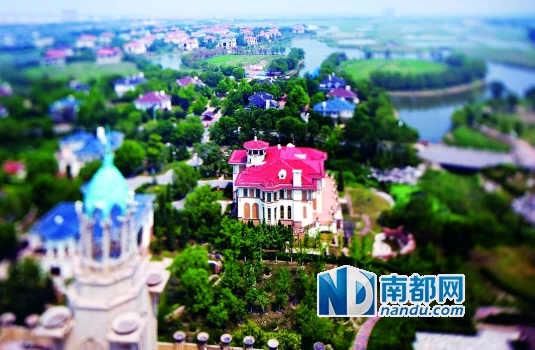 移轴镜头下,京津新城空置的别墅群仿佛是沙盘中的模型。京津新城远景规划占地面积260平方公里,一共包括8000多套别墅,目前建成的约3000套。