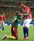 图文:喀麦隆vs克罗地亚 曼朱基奇扶起对手球员