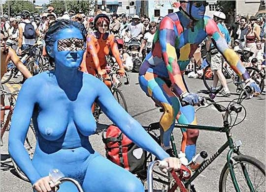 外国裸骑活动中身体彩绘者