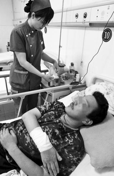 医护人员正为受伤的王科联换药