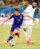 图文:日本vs希腊 大久保嘉人带球突破