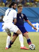图文:日本vs希腊 本田圭佑积极拼抢