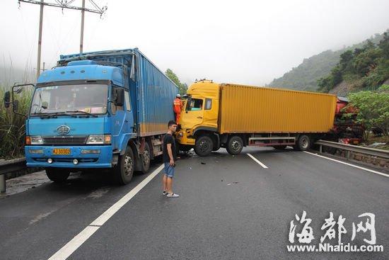高速路/三辆货车追尾,高速堵车十多公里