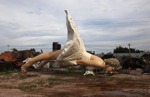 在街头矗立6月多月后,这尊巨型玛丽莲-梦露雕像于近日被拆除,并被运至一处垃圾处理站。此前,商家表示,推出梦露雕像旨在凸显其国际级经营理念以及打造当地地标性建筑的雄心。