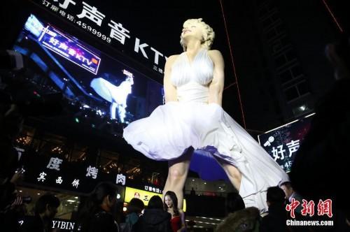 """2013年12月29日晚,广西贵港市区开业的""""唐人街""""商业项目推出号称中国最高的玛丽莲-梦露大型逼真雕塑。"""