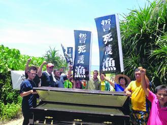 原文配图:台湾渔民6月19日抬棺放在屏东满州乡港口海边炮阵地出入口,表达强烈愤怒。来源:台湾《联合报》