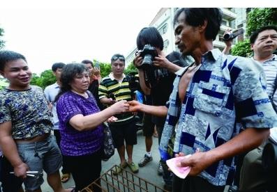 一名狗贩将自己的狗高价卖给动保人士 摄/法制晚报特派玉林记者  刘畅