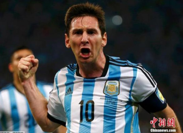 有媒体报道称,巨星梅西已经取代主教练萨维奥拉,成为阿根廷队的实际指挥者。虽然阿根廷球员们纷纷否认更衣室内产生了裂痕,但这样的传言很难被认为仅仅是空穴来风。