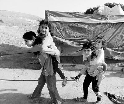 6月19日,孩子们在黎巴嫩南部的一个叙利亚难民营玩耍。