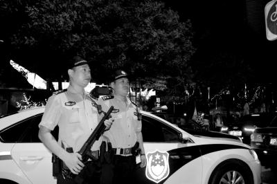 前晚,民警持枪在三里屯酒吧街巡逻。