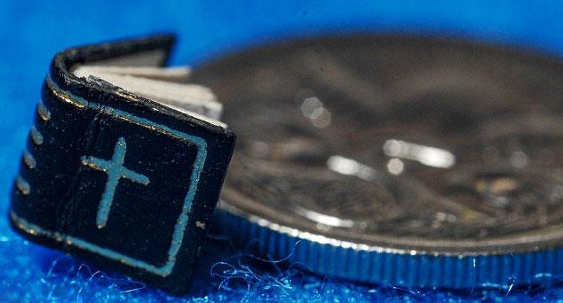 澳展出世界最小手工书 小于指甲盖(高清组图)图片