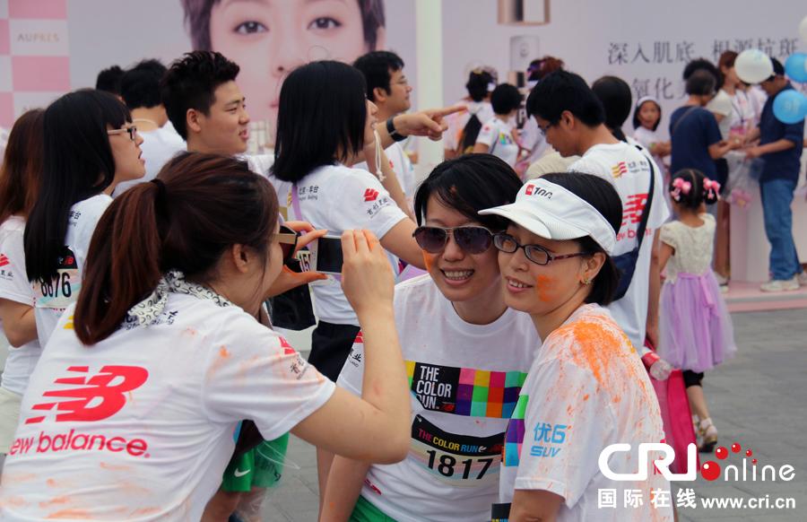 """国际在线消息:6月21日,北京园博园再次点燃""""彩色跑""""夏日狂欢。上万名中外友人在享受快乐5公里""""彩色跑""""的同时,也可欣赏到河提路、银杏大道、特色植物园等独特的园林美景。"""