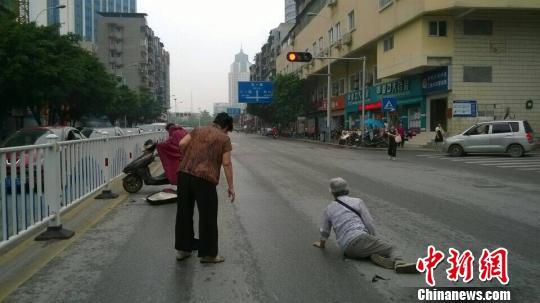 图为警方提供的当日电 动车人行道上撞倒老人的现场图片。 蒙鸣明 摄
