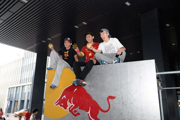 宁波站比赛前三名梁合顺(左)、张云鹏和冯逍遥(中)获得总决赛通关令牌