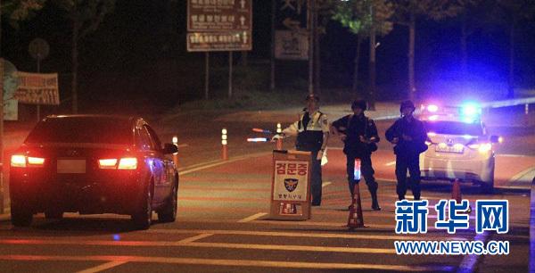 6月22日凌晨,一名受伤士兵被送往韩国江陵一家医院接受救治。新华社/路透社