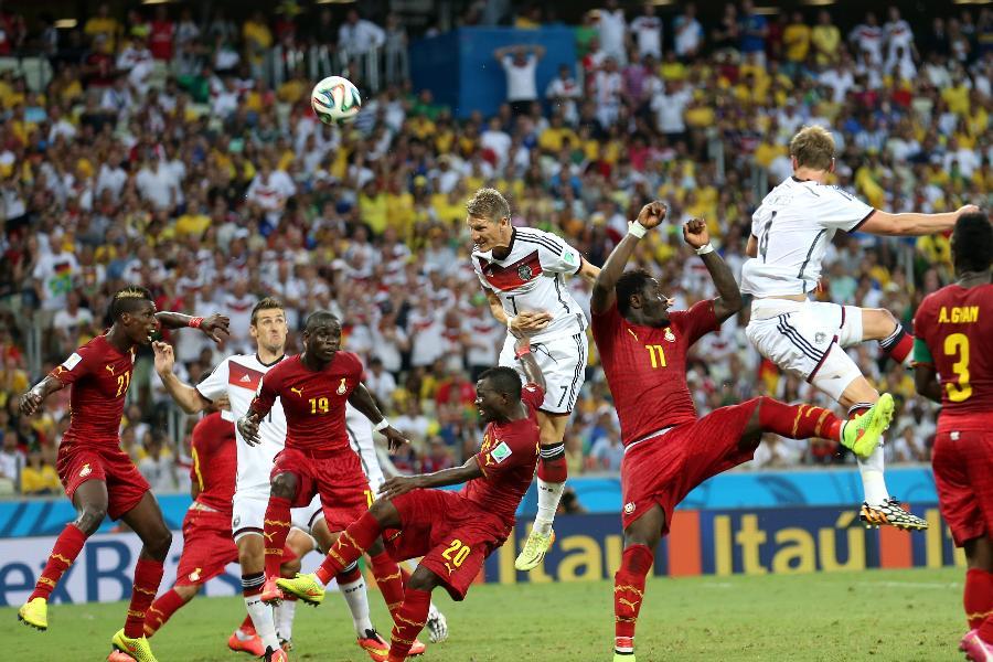 6月21日,加纳队球员阿·吉安(右一)进球后与队友庆祝。当日,在巴西福塔莱萨卡斯特洛竞技场进行的2014年巴西世界杯小组赛G组比赛中,德国队以2比2战平加纳队。 新华社记者杨磊摄