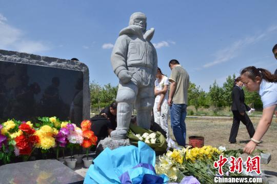 图为杨春风塑像落成现场。 孙亭文 摄